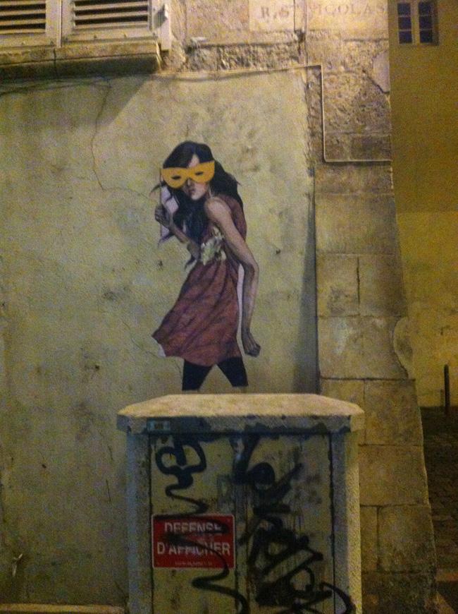 Street-Art-_-jeune-fille-masquée-rue-Saint-Nicolas-@La-Rochelle-1